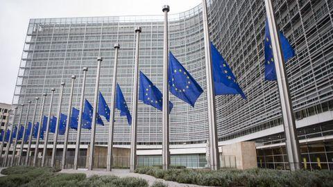 Banderas de la Unión Europea ondean a media asta en la sede de la Comisión Europea en Bruselas