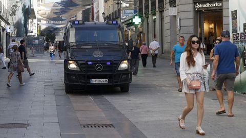 Varios agentes de la Policía Nacional patrullan en la Calle Preciados en Madrid