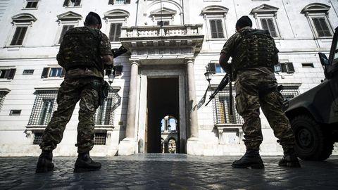 Dos soldados italianos hacen guardia frente a la embajada de España en Roma