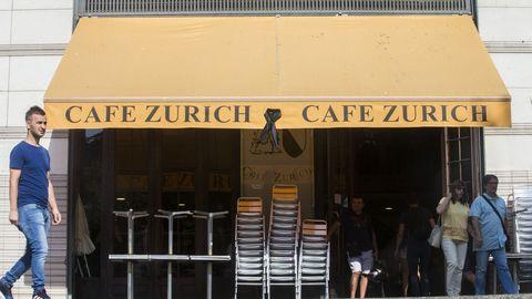 El conocido café Zurich de Plaza Cataluña, cuelga un lazo negro en uno de sus toldos tras el atentado ocurrido