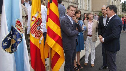 El presidente de la Xunta, Alberto Núñez Feijoo y varios conselleiros en el minuto de silencio que ha realizado esta mañana parte del gobierno gallego en la sede de la Xunta