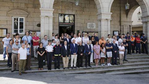 Concentración delante del concello de Ourense en repulsa por los atentados de ayer en Barcelona y Cambrils
