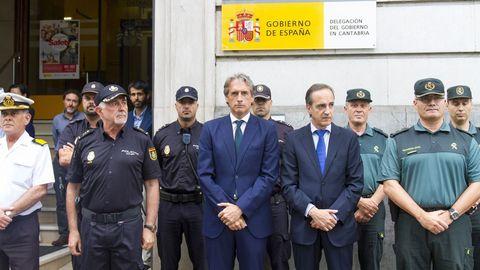 El Ministro de Fomento, Íñigo de la Serna, hoy en la concentración silenciosa en la Delegación del Gobierno de Cantrabria en Santander
