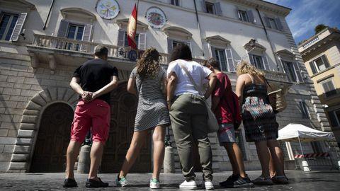 La bandera española ondea a media asta en la fachada de la embajada española en la Santa Sede en Roma
