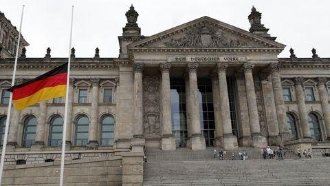 La bandera alemana ondea a media asta en el Reichstag, el parlamento alemán en Berlín