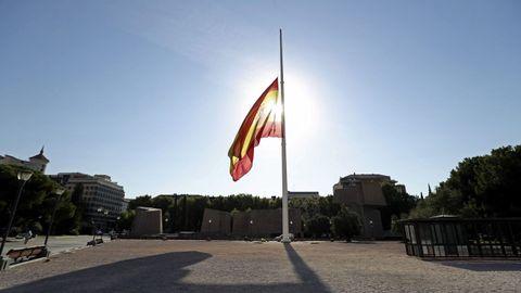 La bandera de la Plaza de Colón de Madrid ondea hoy a media asta en homenaje a los víctimas de los atentados terroristas cometidos ayer en Barcelona y esta madrugada en Cambrils