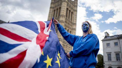 Una manifestante en contra del «brexit» sostiene las banderas de Reino Unido y de la UE en el centro de Londres.