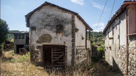 Casa con esgrafiados y vistas al Sil en Santiorxo, concello de Sober.