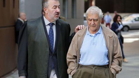 El exconsejero de Educación José Luis Iglesias Riopedre (d), acompañado de su abogado, a su salida de la Audiencia Provincial de Oviedo