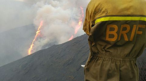 Un trabajador de la Brif contempla el frente de llamas del incendio forestal de Ibias.Un trabajador de la Brif contempla el frente de llamas del incendio forestal de Ibias