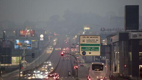 Entrada a Vigo por la Avenia de Madrid llena de humo
