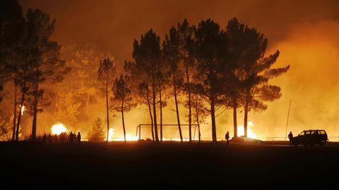 Incendio forestal en el campo de fútbol de Quins, en el concello de Melón