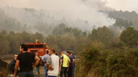 Ante la falta de medios, los vecinos de Chavaga y Cereixa, en Monforte y Brollón respectivamente, se las apañan con palas y cisternas
