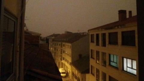 El humo y las cenizas de los incendios oscurecen buena parte de Galicia. En la imagen Xinzo de Limia