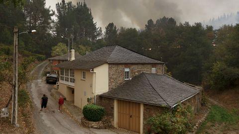 Tratando de evitar que el fuego llegase a viviendas de A Barxa, en Monforte
