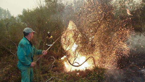 Un vecino colabora con las labores de extinción en Barxa, Chavaga