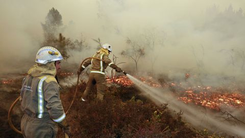 Una brigada intenta evitar que el fuego llegue a las casas de Barxa, Chavaga