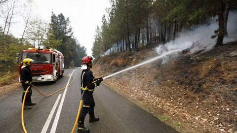 Los bomberos del parque comarcal colaboraron en las labores de extinción