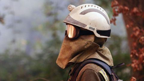 Un bombero controla el fuego en Chavaga