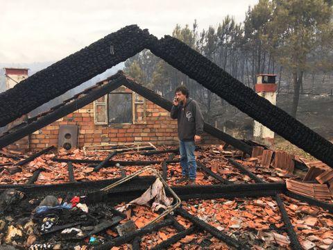 Rescatan a un vecino de Pazos que dormía mientras ardía su casa