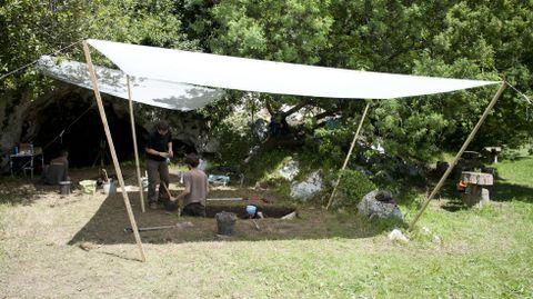 Trabajos de excavación del grupo del profesor Arias en la cueva del Alloru, en Balmori (Llanes)