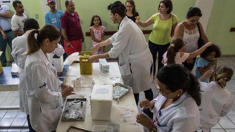 Campaña de vacunacioón en un centro médico de Sao Paulo