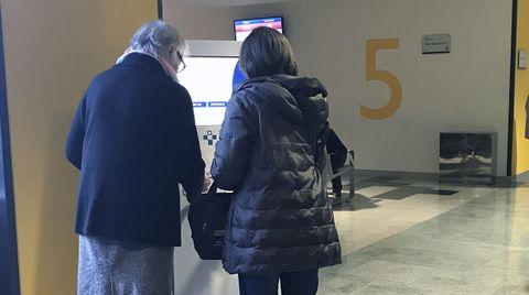 Dos pacientes sacan su cita en una de las máquinas de las consultas externas del HUCA.Dos pacientes sacan su cita en una de las máquinas de las consultas externas del HUCA