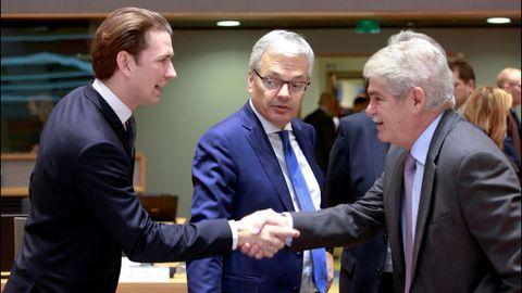 El ministro de Exteriores, Alfonso Dastis, saluda a su homologo austriaco Sebastian Kurz, en presencia del belga Didier Reynders