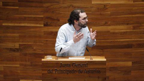 El portavoz de Podemos en la Junta General, Emilio León, durante su intervención en la segunda jornada del debate de orientación política general que se celebra en la Junta General del Principado.