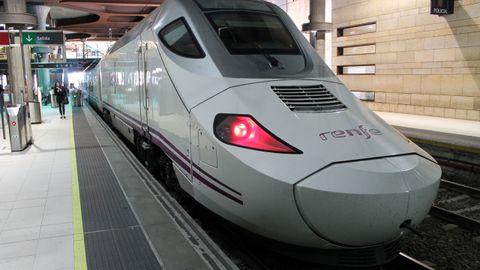 Un tren Alvia en la estación de Oviedo