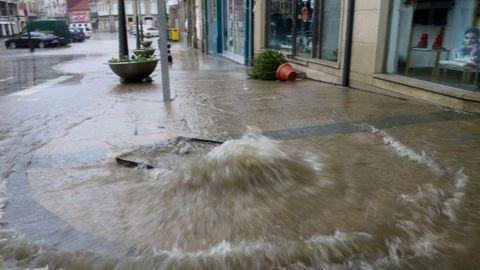 Inundación en la plaza Santa Ana de Chantada por el desbordamiento de la red de evacuación de aguas pluviales
