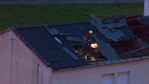 El viento arranca parte de un tejado en el barrio de San Valentín, en Fene