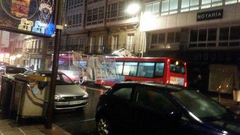 La fuerza del viento derribó sobre un bus urbano en la calle San Andrés, en A Coruña