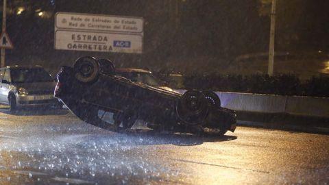 Estas son las imágenes que dejó el domingo el paso del temporal Ana en Galicia. Accidente en Alfonso Molina, en A Coruña