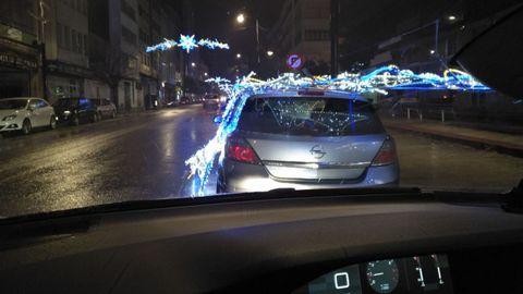 Una arcada de la iluminación navideña se desplomó sobre un coche en la carretera de Castillas