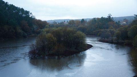 Con mucha más agua que hace días ha amanecido el embalse Barrié de la Maza, en Negreira