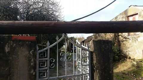 CONSECUENCIAS DEL TEMPORAL ANA: Poste de teléfono en Bergondo caído por el temporal