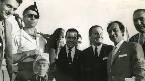 Luis Adaro, tercero por la izquierda, junto a Pedro García Rendueles (a su derecha), el día de la inauguración del Pueblo de Asturias