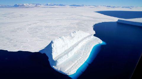 Imagen de la Nasa de un iceberg flotando en el estrecho de McMurdo, en la Antártida