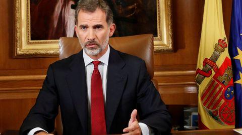 Mensaje de Felipe VI el día 3 de octubre. El rey acusa a las autoridades catalanas de quebrantar los principios democráticos y la convivendia, y de poner en riesgo la estabilidad de España. «Deslealtad inadmisible», dice.