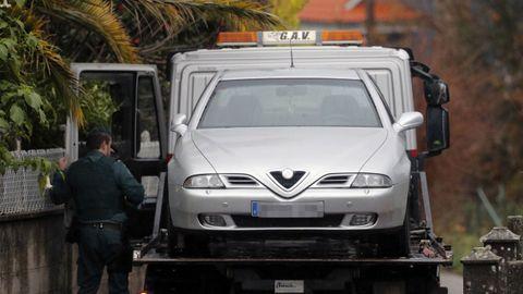 Efectivos de la UCO trasladan el vehículo de José Enrique Abuín tras un registro realizado en su domicilio de Rianxo.