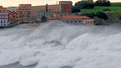 Olas de hasta 7 metros de altura que el temporal marítimo de los últimos días ha provocado daños valorados en 15.916 euros en el Muro de San Lorenzo de Gijón, según los técnicos de obras públicas del Ayuntamiento.