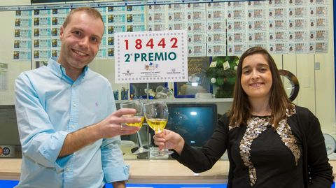 El responsable de la administración de loterías número 4 La Regenta Paredes-Siero), Sergio Díez acompañado de su esposa