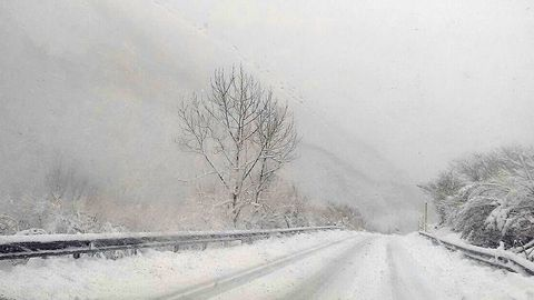 La carretera nevada de acceso al puerto de San Isidro, entre Asturias y León