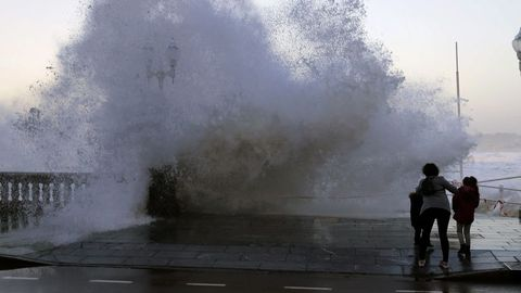 La playa de Gijón, con las fuertes olas causadas por un temporal anterior