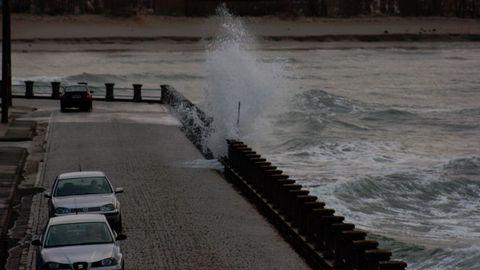 Fuerte oleaje en el carretera de acceso al puerto de Cedeira