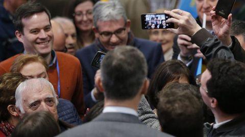 Felipe VI posa para un selfie entre los socios y los trabajadores de Central Lechera Asturiana