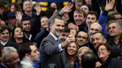 Felipe VI se saca una foto con socios y trabajadores de Central Lechera Asturiana