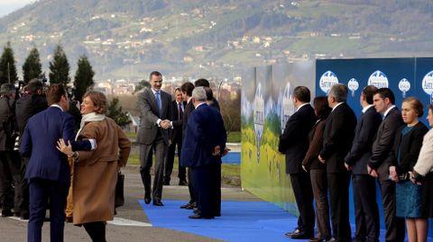 El rey Felipe VI saluda al presidente del Principado, Javier Fernández, a su llegada a la fábrica de Central Lechera Asturiana en Granda