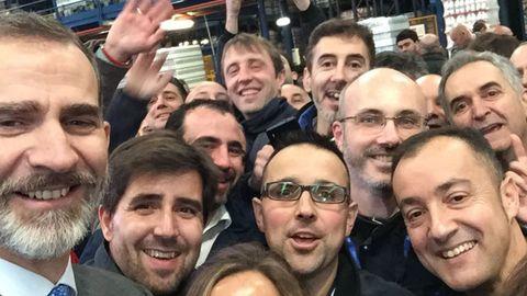 El selfie que el rey Felipe VI se sacó con los trabajadores de Central Lechera Asturiana.El selfie que el rey Felipe VI se sacó con los trabajadores de Central Lechera Asturiana